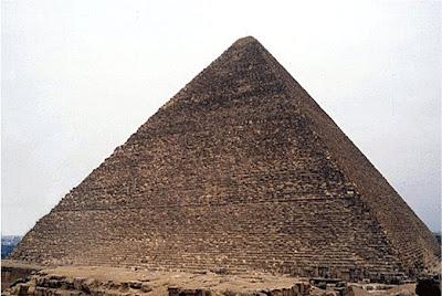 Gran pirámide de Kefren. Bloques de piedra caliza forrados por caliza blanca pulida, cubierta de inscripciones y rematada por una pirámide de basalto o granito. IV dinastía (2575-2465 a.C.). El Cairo, Egipto.