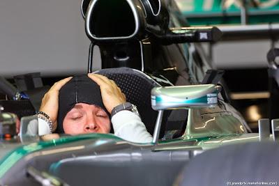 Нико Росберг фэйспалмит в болиде Mercedes на Гран-при Канады 2014