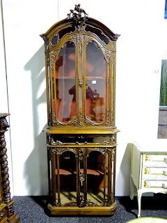 Антикварный шкафчик со стеклянными дверками. 19-й век. 240/40/75 см. 4000 евро.