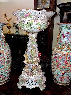 Высокая ваза для фруктов. Германия ок.1900 г. Фарфор. Высота 85 см. 4000 евро.