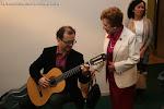 José Luis Ruiz del Puerto probando una guitarra con Dª Rosa Gil