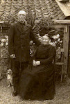Klaas van Heeringen en Antje Serné (voor 1930) Antje Serné, geboren op 12-05-1859 te Vinkeveen en Waverveen, overleden 29-05-1931 te Wilnis. Gehuwd op 19-jarige leeftijd op 17-05-1878 te Vinkeveen c.a. Echtgenoot is Klaas van Heeringen, 24 jaar oud, schipper, geboren op 23-08-1853 te Vinkeveen, overleden 12-10-1920 te Wilnis. Aanvullende informatie: Anjo is de kleinzoon van Antje Serné zij trouwde met Klaas van Heeringen. Anjo weet niet beter dan dat Klaas van Heeringen in Wilnis boerenkoopman was. Hij haalde spullen uit Amsterdam, en verkocht die aan de boeren in (de omgeving van) Wilnis waar ze woonden. Ze kregen 14 kinderen waarvan 12 levend.