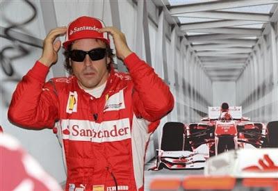Фернандо Алонсо в забавной позе на Гран-при Италии 2011