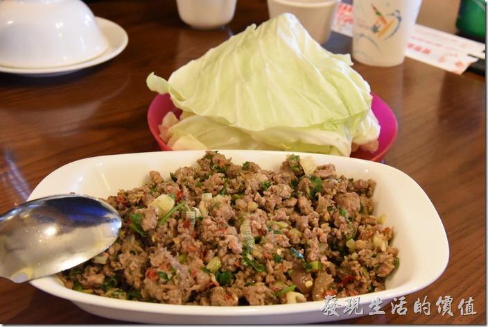 南投清境-魯媽媽。錦灑(豬)小,NT250。使用豬里肌肉剁碎後炒特殊香料,然後包著生的高麗菜使用,這在東南亞似乎非常流行這樣吃法。