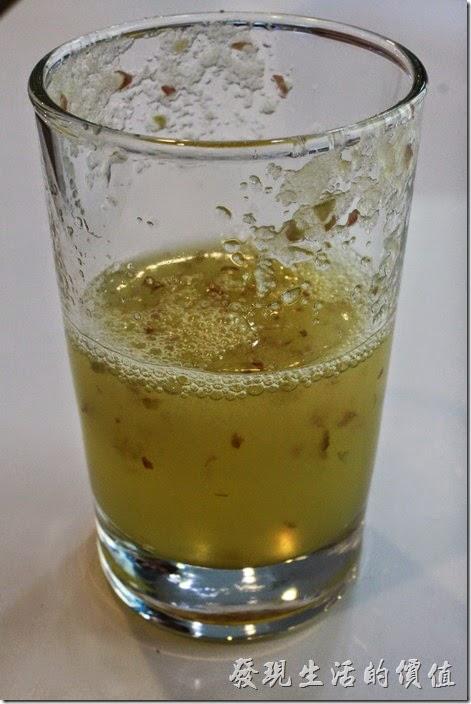 【白色曙光經典早午餐】的餐前飲品可以選擇鮮奶、果汁、濃湯,我選了鮮炸果汁,今天是蘋果汁,裡頭有添加蜂蜜,喊起來還可以喝到一點點蘋果的顆粒,但不會沙沙的,真的很好喝。