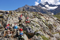 Auf dem Scheitel des Sustenpaß.  Ein kleiner Weg führt hinauf zum Berggasthaus Hospiz. Fleißige Bergarbeiter.