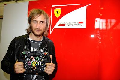 Давид Гетта с рулевым колесом Ferrari на Гран-при Европы 2011