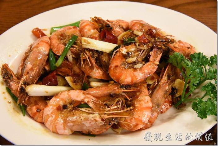南投清境-魯媽媽。雲南乾燒蝦,NT400。這盤蝦子是這次點的最貴的一盤,老實說也沒有吃完,蝦子的品質還可以,可是味道並沒有入味到蝦肉內。