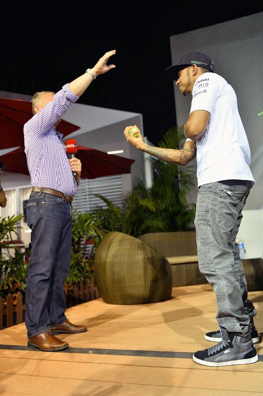 Джонни Херберт бросает мячик Льюису Хэмилтону на Гран-при Сингапура 2013