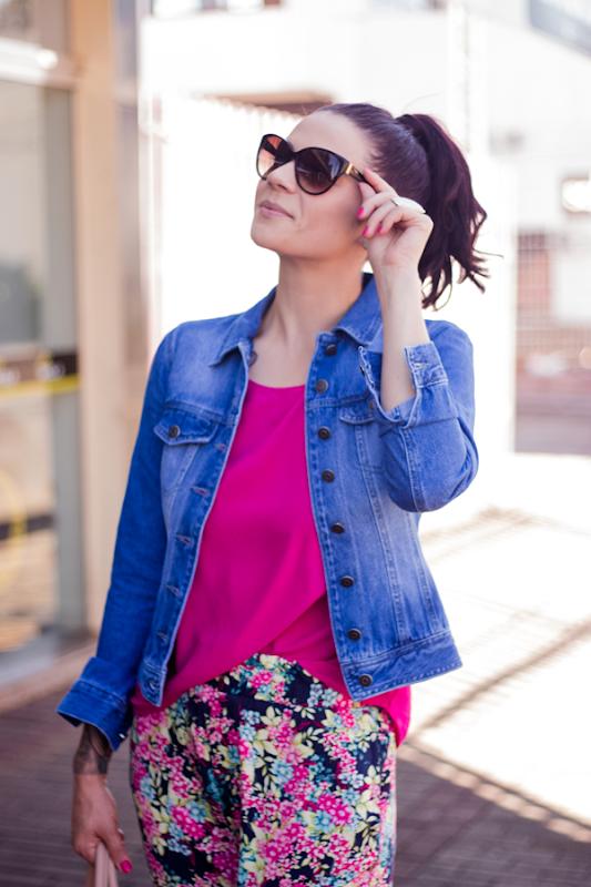 look calça estampada e jaqueta jeans (10)