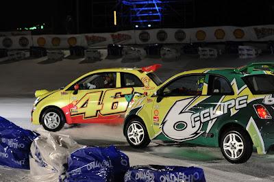 Фелипе Масса обгоняет Валентино Росси в борьбе за лидерство в гонке Fiat 500s по льду озера на Wrooom 2012