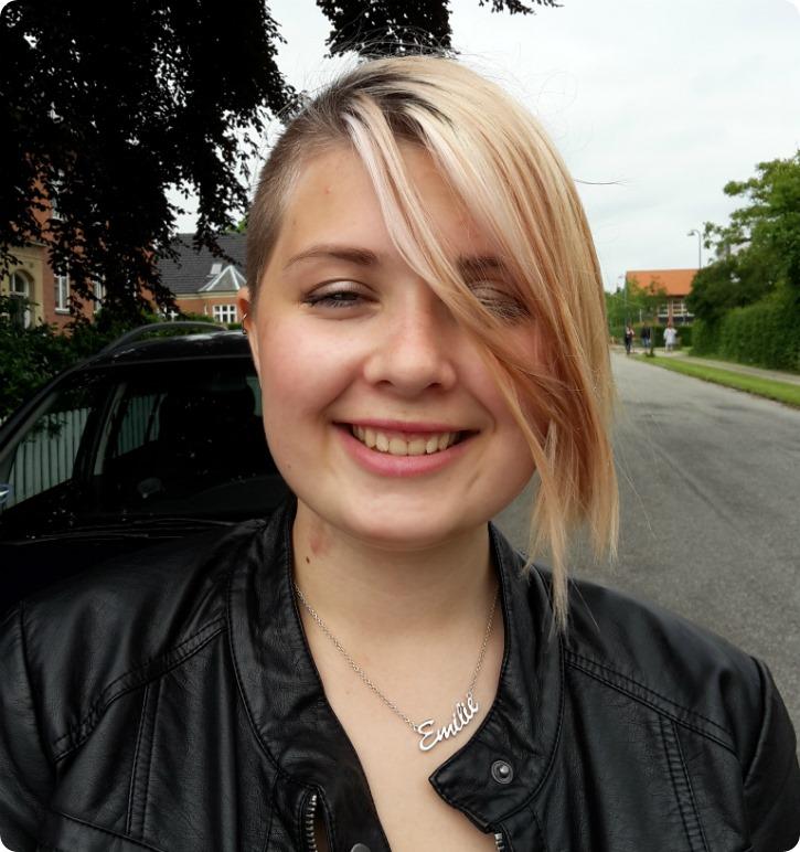 Emilie foran Sorø Husholdningsskole - sidste skoledag
