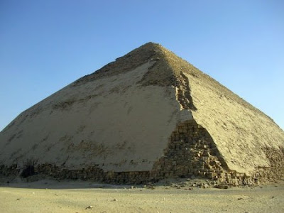 """""""Pirámide Acodada"""" de Seneferu. Realizada con bloques de piedra caliza. Imperio antiguo. IV dinastía (hacia 2600 a.C.). Dahshur, Egipto."""