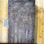Église Sainte-Marie-Madeleine de Domont : pierre tombale du prieur Arnaud de Gastiles et de Marie de Cantemelle
