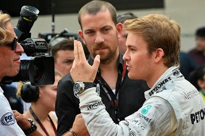 Нико Росберг дает интервью Fox Sports и показывает два пальца на Гран-при Индии 2013
