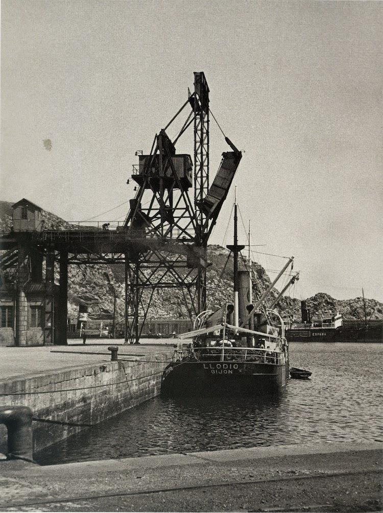 El vapor LLODIO en Gijón. Fecha indeterminada. Del libro.jpg