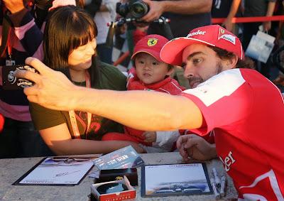 Фернандо Алонсо фотографируется с детьми на автограф-сессии Гран-при Кореи 2013
