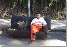 Bukaman seduto su un divano