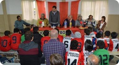 Juan Pablo de Jesús reunido jóvenes deportistas y autoridades del club de Santa Teresita