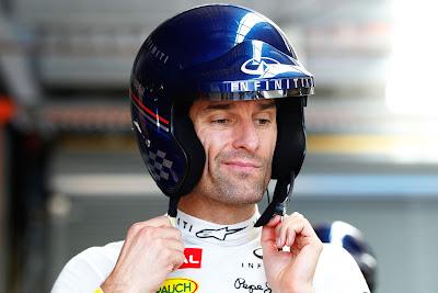 Марк Уэббер одевает шлем на фестивале Top Gear в Сиднее 10 марта 2013