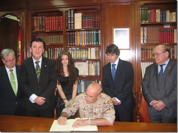 El general Blázquez rubricando el libro de honor