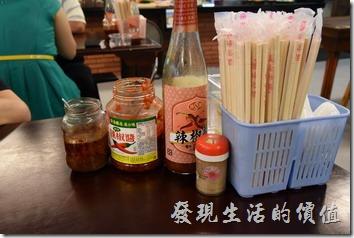 南投-胡國雄古早麵,餐桌上的佐料,豆瓣醬是一定要的。