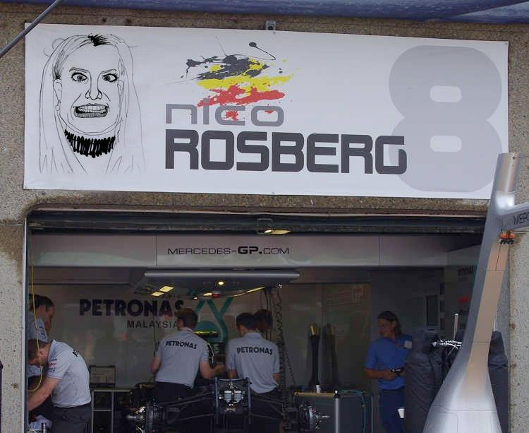 табличка Нико Росберга Бритни над боксами на Гран-при Канады 2011