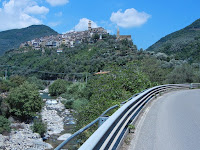 Gleich hinter Badalucco: Der Ort Isolalunga am Fora di Taggia.