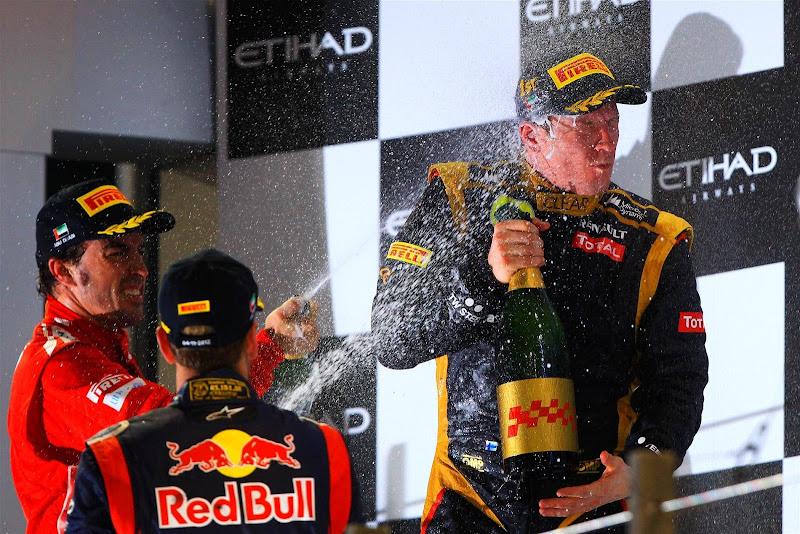 Кими Райкконен под атаками шампанского Фернандо Алонсо и Себастьяна Феттеля на подиуме Гран-при Абу-Даби 2012