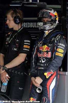 Себастьян Феттель охлаждает свои гениталии на Гран-при Малайзии 2012
