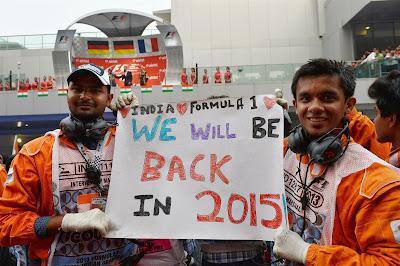 маршалы с баннером у подиума Гран-при Индии 2013
