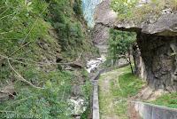 An der Straße von Airolo nach Biasca.  Wanderweg in der Schlucht des Fiume Ticino kurz hinter dem Ort Rodi-Fiesso.