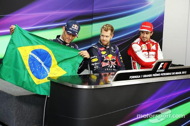 Марк Уэббер с бразильским флагом на пресс-конференции Гран-при Бразилии 2013