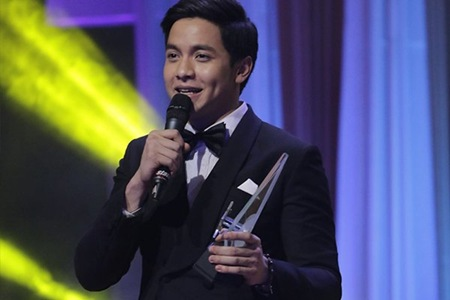 Alden Richards receiving Best Drama Actor award at 29th PMPC Star Awards for TV (Photo Twitter PhilstarShowbiz)