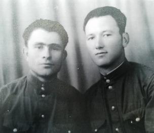 Ο σ. Μηνάς Πέτρου (δεξιά) με φίλο και σύντροφο στην Τασκένδη