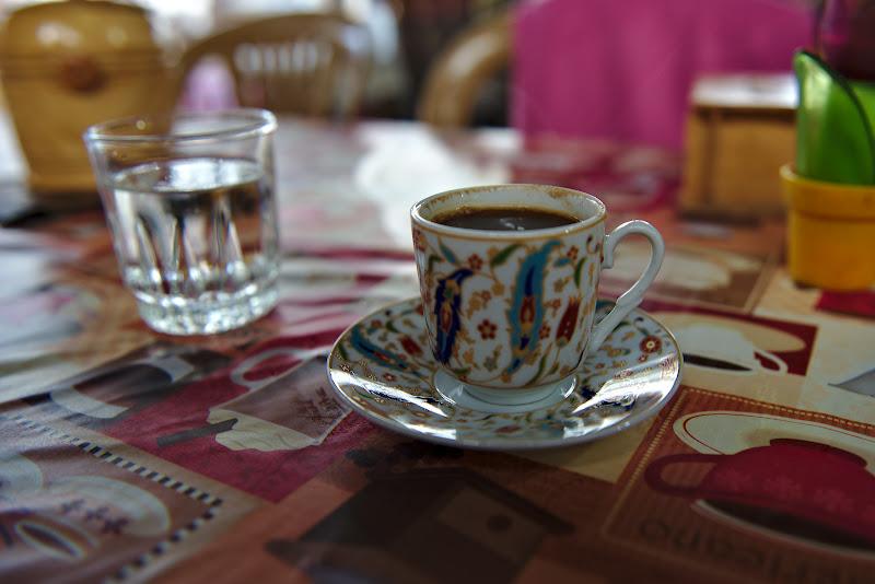 Cafeaua turceasca si nelipsitul pahar cu apa.