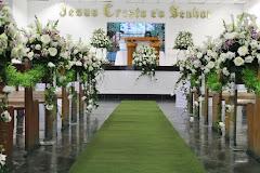 Album (digital) de fotos de Igreja Universal do Reino de Deus | Engenho Pequeno - Nova Iguaçu. Fotografias digitais da Carla Flores, que faz decoração floral em eventos sociais e corporativos usando as mais lindas flores. Faz bouquet (buquê) de noiva, decoração de casamento, decoração de festas, decoração de 15 anos, arranjos de mesa, decoração de salão de festa, locação de mobiliário, decoração de igreja, arranjos de casamento e decoração dos mais lindos eventos. Atua em Niterói, Rio de Janeiro (RJ).