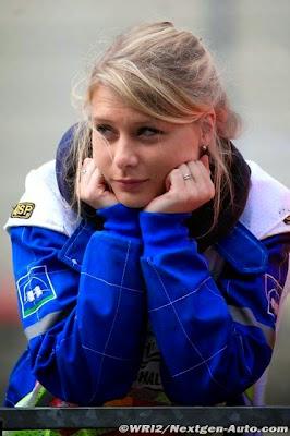 очаровательная пит-лэйн маршал в Спа на Гран-при Бельгии 2014