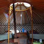 Tradycyjny wystrój, na podłodze dywan, na środku piec