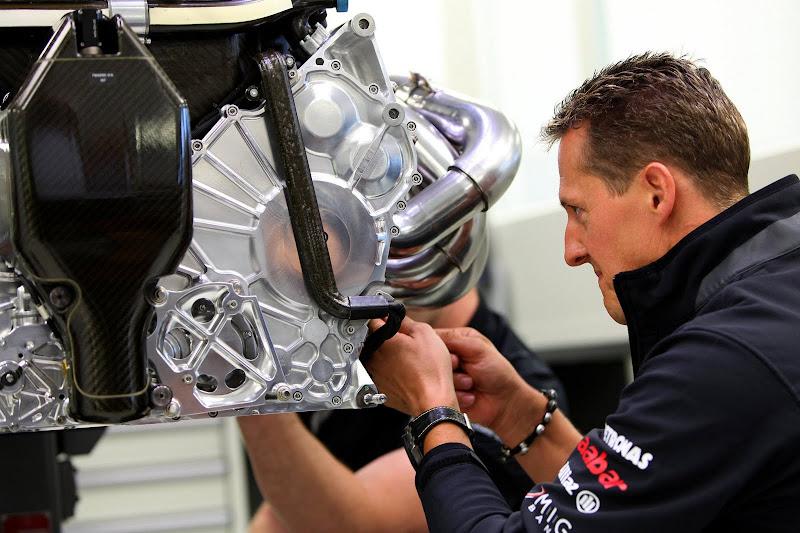 Михаэль Шумахер на базе команды Mercedes GP изучает двигатель
