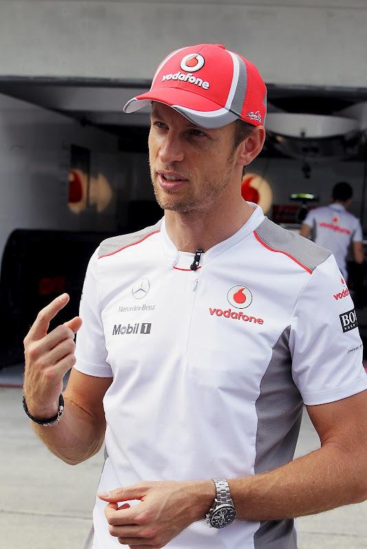 Дженсон Баттон дает интервью на Гран-при Малайзии 2012