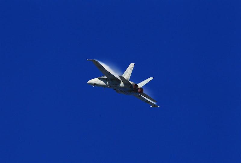 Истребитель FA18 королевских военно-воздушных сил Австралии на шоу перед гонкой Гран-при Австралии 2012
