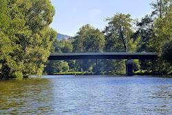 Silniční most Loket - předměstí.  Vpravo i  vlevo nákupní možnosti, stravování, + 400m železniční stanice Loket 50 m vl.