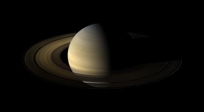 planeta Saturno visto pela sonda Cassini durante o equinócio