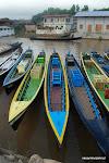 Wyruszamy na Inle Lake. Na turystów czeka kilkadziesiąt szybkich, ale potwornie głośnych łódek z drzewa tekowego.