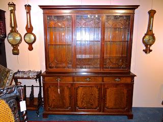 Красивый шкаф красного дерева. 19-й век. Три стеклянные дверки, три выдвижных ящика.