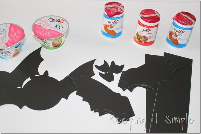 #ad Halloween-snack-idea-Bat-yogurt-with-printable #SnackandSmile (4)