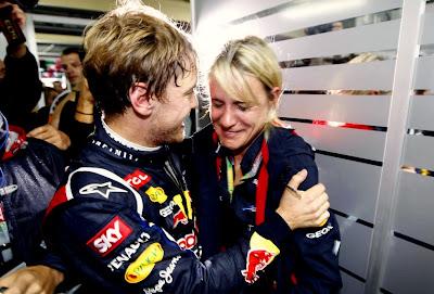 Себастьян Феттель и Бритта Роэске радуются победе в чемпионате на Гран-при Бразилии 2012
