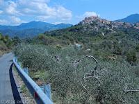 Der Ort Perinaldo im heißen und hügeligen Hinterland.