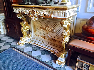 Антикварный консольный стол 18-й век. Мраморная крышка, белый лак, позолота, резьба. 120/40/110 см. 4900 евро.